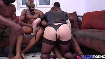 Jenny en gangbang sauvage avec des blancs et des blacks