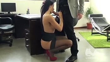 Sofia Gucci se fait prendre sur son bureau et termine toujours par une petite éjac