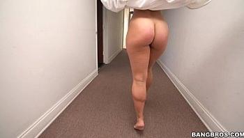 BANGBROS - Kelsi Monroe gives shower head