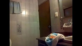 Adolescente llega excitada a casa y se masturba en el baño