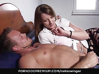 REIFE SWINGER - Mature swingers enjoy wild threeway