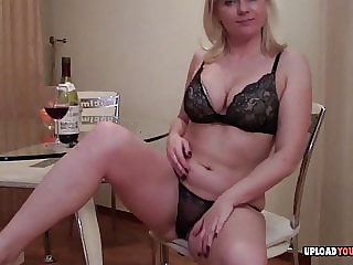 Mature babe does a great striptease performance
