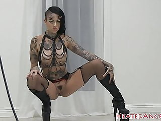 Goth babe shows off her amazing body