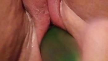 Mexicana casero jugando con pepino