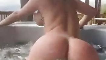 Twerk Queen in Jacuzzi